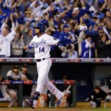 Royals score 5 in 6th, even Series at 1