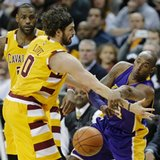 Cavs' Kevin Love re-injures left shoulder against Lakers