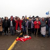Police in riot gear move in to evict oil pipeline protesters